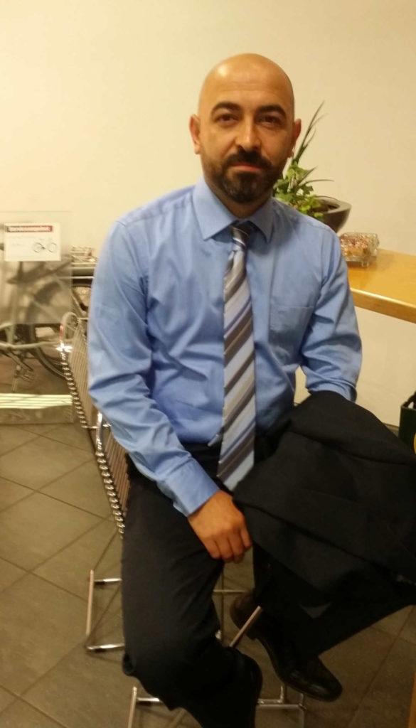 callboy kaan aus mannheim im anzug mit blauem hemd